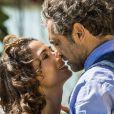 Cícero (Marcos Palmeira) vê Tereza (Camila Pitanga) se encontrar com Santo (Domingos Montagner) e fica revoltado, na novela 'Velho Chico'