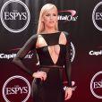 A ex-jogadora de futebol americano e atual lutadora de wrestling profissional Danielle Moinet, mais conhecida como 'Summer Rae', usou um vestido longo com recortes e transparência da marca Baotranchi