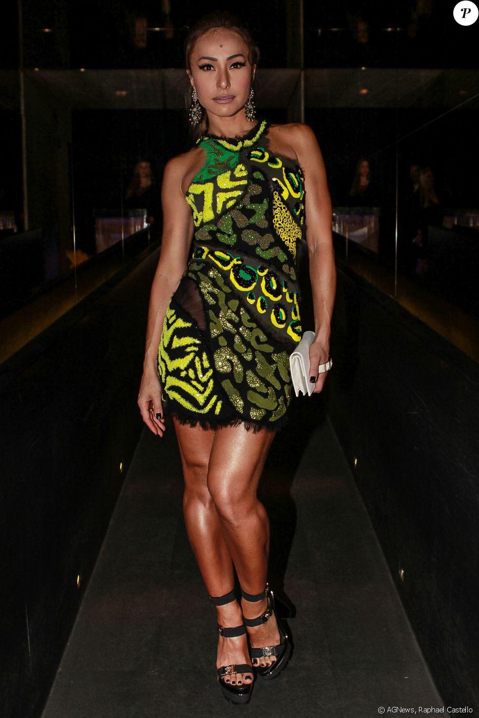 eca60bc828939 Sabrina Sato apostou em look Versace, composto por vestido preto curto com  estampa de animal print em tons de verde e amarelo, além de bordados e ...