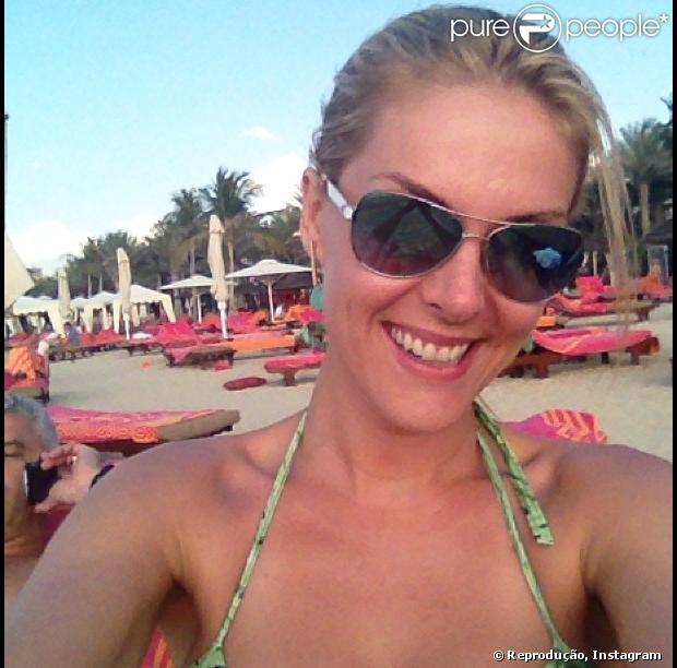 Ana Hickmann vai passar o Réveillon em Dubai com o marido, Alexandre Corrêa, nos Emirados Árabes, em foto postada em 27 de dezembro de 2012