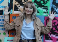 Maria Casadevall exibe novo visual, com cabelos loiros, em gravação de comercial