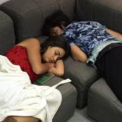 Camila Pitanga faz foto de Gabriel Leone e Giullia Buscacio dormindo: 'Flagra'
