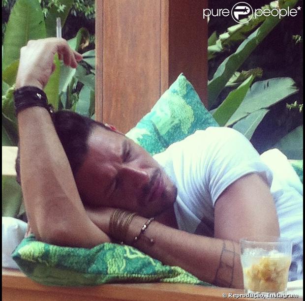 Irmã de João Vicente de Castro, Ana de Souza Moraes publicou, no Instagram, uma foto do publicitário na qual ele aparece um pouco cabisbaixo, com um copo de bebida à frente e cigarro nas mãos, nesta quarta-feira, 26 de dezembro de 2012