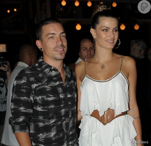 Isabeli Fontana e Di Ferrero vão se casar. De acordo com o jornal 'Extra' deste sábado, 23 de julho de 2016, cantor e modelo vão oficializar a união no final de agosto