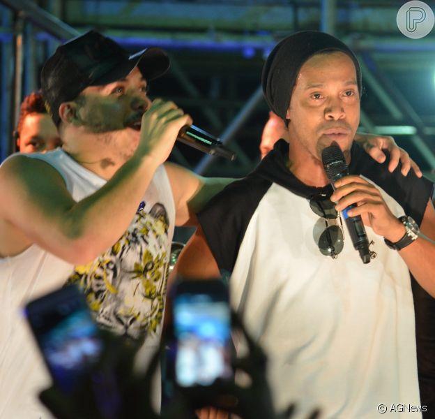 Ronaldinho Gaúcho joga dinheiro para cadeirante folião durante o Fortal 2016
