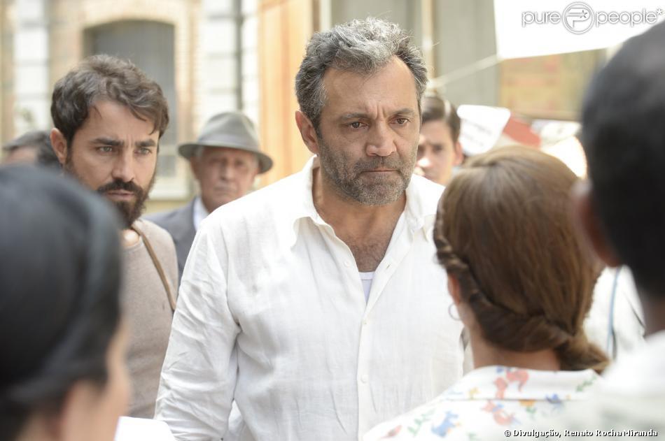Mundo (Domingos Montagner) nega as afirmações de Rosa (Karen Coelho), mas a moça convence o povo, em 'Joia Rara', em 25 de novembro de 2013