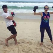 Juliano Laham e Juliana Paiva praticam luta em praia: 'Nocauteado de amor'