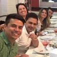 Zezé Di Camargo e a namorada, Graciele Lacerda, curtem férias com amigos no Mato Grosso