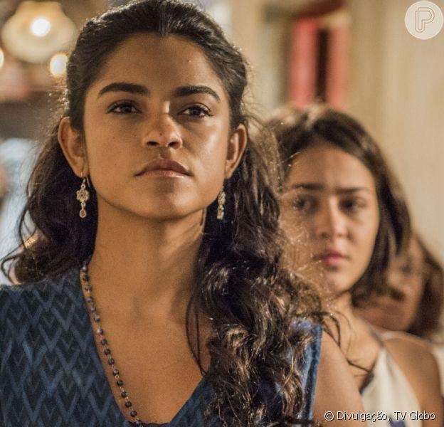 Em 'Velho Chico', Luzia (Lucy Alves) revela à Olívia (Giullia Buscacio)que ela é filha de estuprador. 'Um maldito'