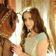 Livana (Letícia Medina) ganha um presente de Rune (Douglas Sampaio), na novela 'A Terra Prometida', na terça-feira, 9 de agosto de 2016