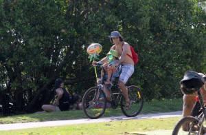 Eriberto Leão passeia de bicicleta com o filho e tira foto com fãs no Rio