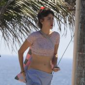 Maria Casadevall exibe barriga sequinha durante dia de folga de 'Amor à Vida'