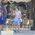 Maria Casadevall, de 'Amor à Vida', conversou com um amigo em um quiosque da praia da Barra da Tijuca, Zona Oeste do Rio de Janeiro, nesta quinta-feira, 21 de novembro de 2013