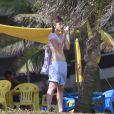 A atriz Maria Casadevall, de 'Amor à Vida', conversou no celular durante um passeio na orla da praia da Barra da Tijuca, Zona Oeste do Rio de Janeiro, nesta quinta-feira, 21 de novembro de 2013