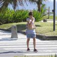 Maria Casadevall exibiu a barriguinha sequinha em um passeio pela orla da praia da Barra da Tijuca, Zona Oeste do Rio de Janeiro, nesta quinta-feira, 21 de novembro de 2013
