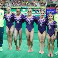 Flavia Saraiva posa com a equipe brasileira da ginástica artística feminina nas Olimpíadas: Rebeca Andrade, Jade Barbosa, Lorrane Oliveira e Daniele Hypolito