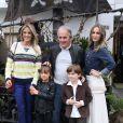 Otávio Mesquita, a mulher, Melissa Wilman, o filho do casal, Pietro posam com Ticiane Pinheiro e Rafaella Justus
