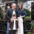 Otávio Mesquita posa com o filho, Pietro, e a mulher na festa do aniversário do menino