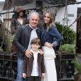 Otávio Mesquita, a mulher, Melissa Wilman, posam com o filho do casal, Pietro