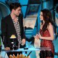 Não tem pra ninguém! Em 2011, Kristen e Robert sobem ao palco do MTV Video Awards para receber mais um prêmio de Melhor Beijo, por 'Eclipse'