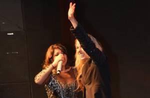 Adriane Galisteu sobe ao palco do show de Roberta Miranda e empolga público