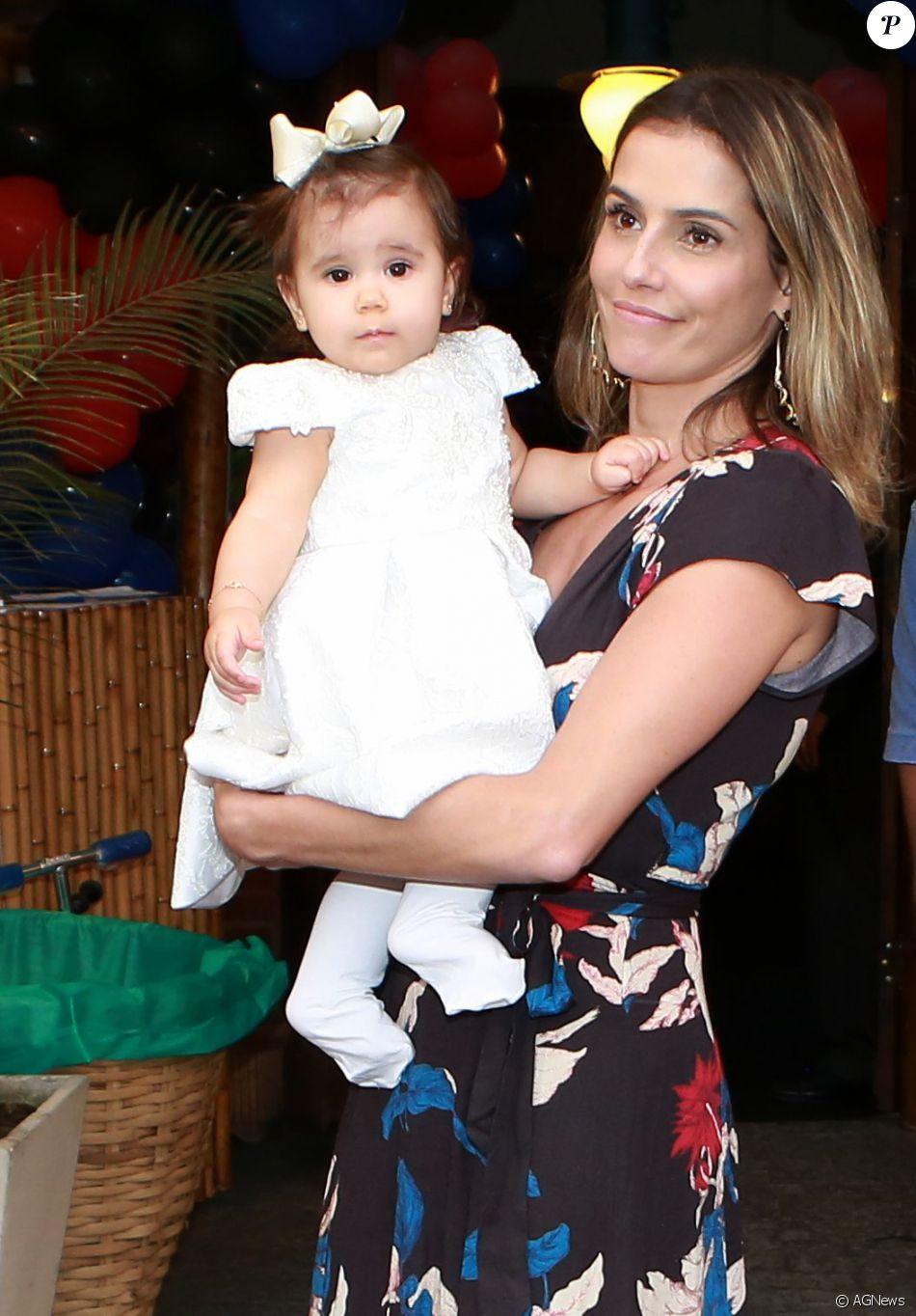Deborah Secco vai ensinar a filha, Maria Flor, de 8 meses, a ser uma menina como outra qualquer: 'Para mim é importante que ela entenda que é normal. É só mais uma criança'