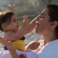 Deborah Secco baba pela filha, Maria Flor: 'Minha vontade era de postar 100 mil fotos. Eu economizo e posto só 100 por dia'