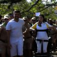 Lais Souza carregou a tocha olímpica de pé em uma cadeira de rodas adaptada