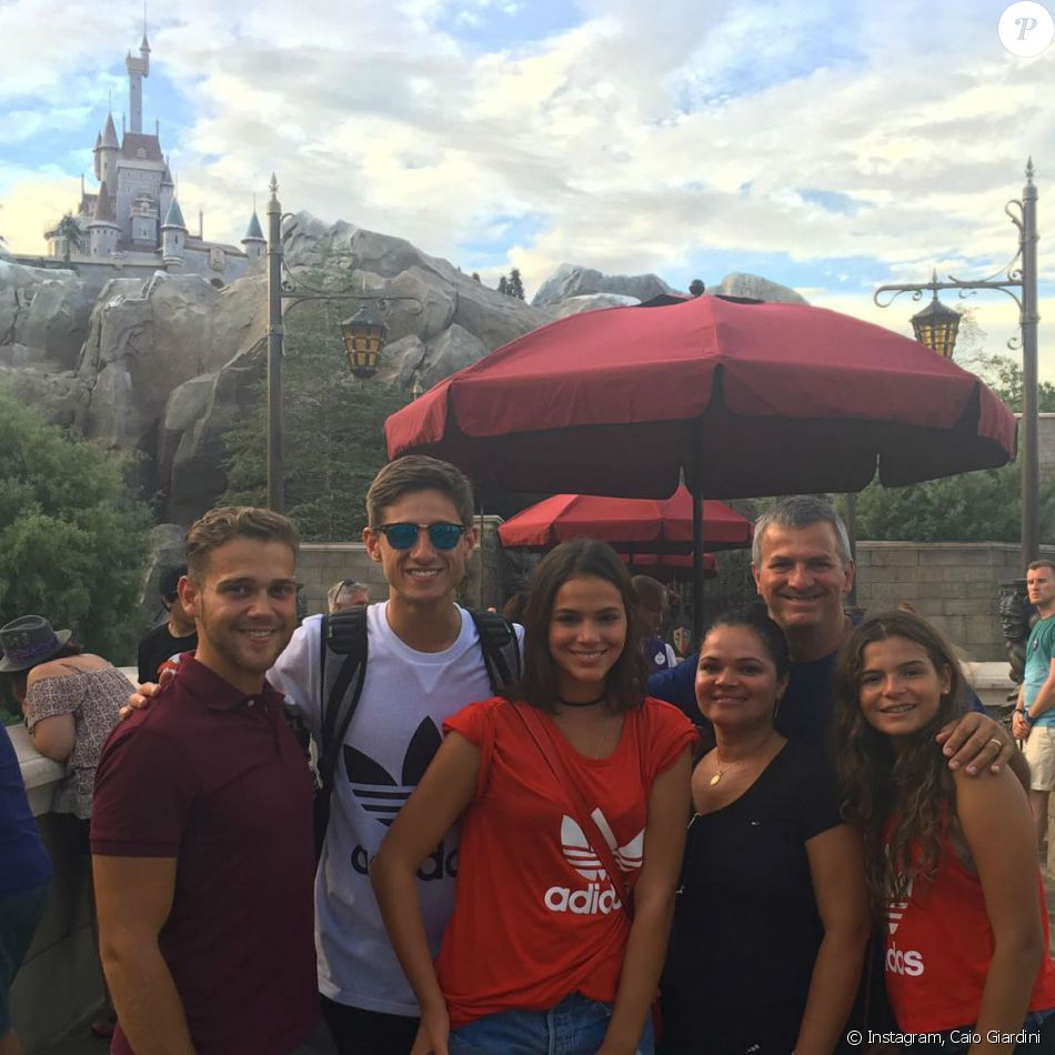 Bruna Marquezine embarcou com a família e dois amigos para férias em Orlando, nos Estados Unidos