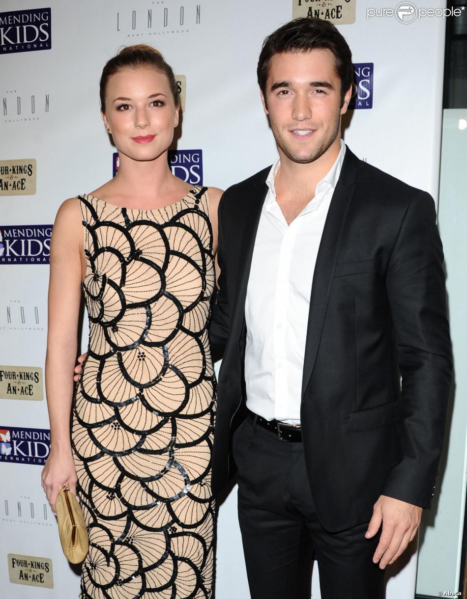 Joshua Bowman é namorado de Emily VanCamp, os dois são protagonis