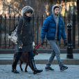 Anne Hathaway e o marido, Adam Shulman, passeiam pelas ruas de NY
