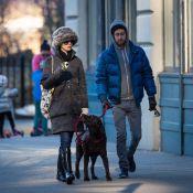 Anne Hathaway e o marido, Adam Shulman, passeiam com cachorro no frio de NY