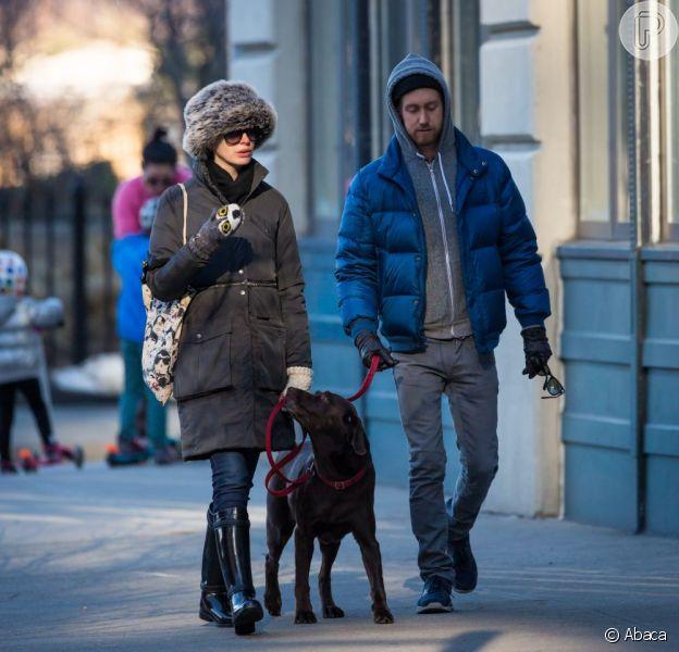 Anne Hathaway passeou com o marido, Adam Shulman, e com o cachorro de estimação pela gélida Nova York desta sexta-feira, 28 de dezembro de 2012