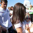 Michael Phelps, a mulher, Nicole Johnson, e o filho do casal, Boomer, de 3 meses, participaram de uma gravação na Praia do Leme