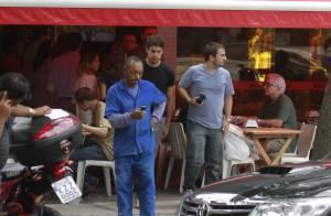 Cauã Reymond é fotografado após almoçar em restaurante carioca