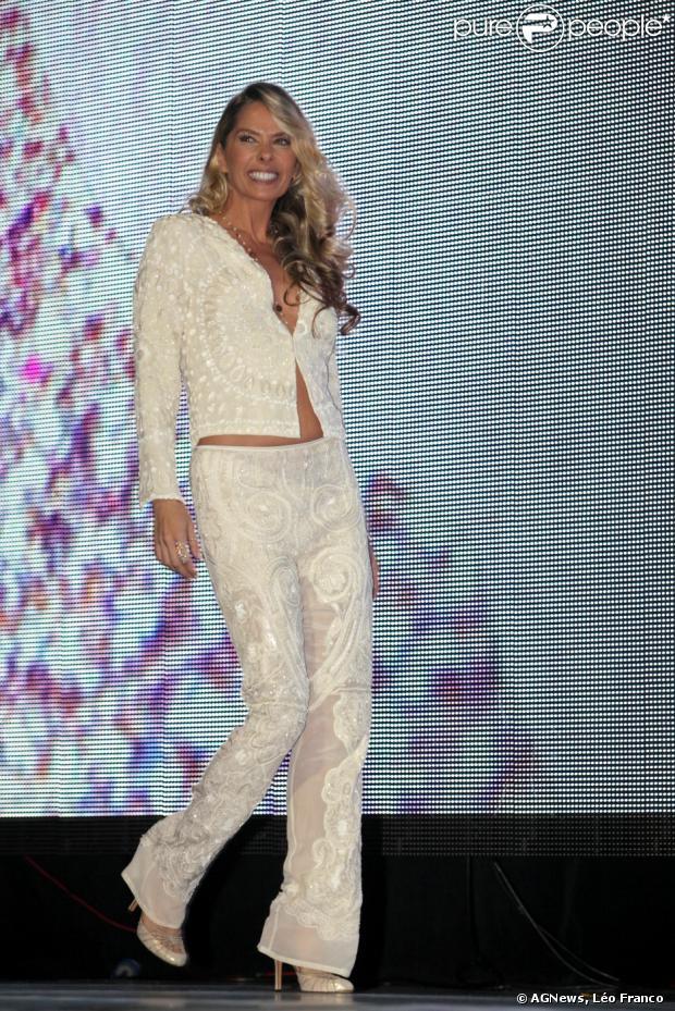 Adriane Galisteu opta por conjunto branco e deixa barriga à mostra durante premiação da revista 'Cabelos & Cia', em 2 de dezembro de 2013