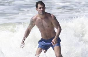 Juliano Cazarré pega ondas em praia carioca e exibe boa forma