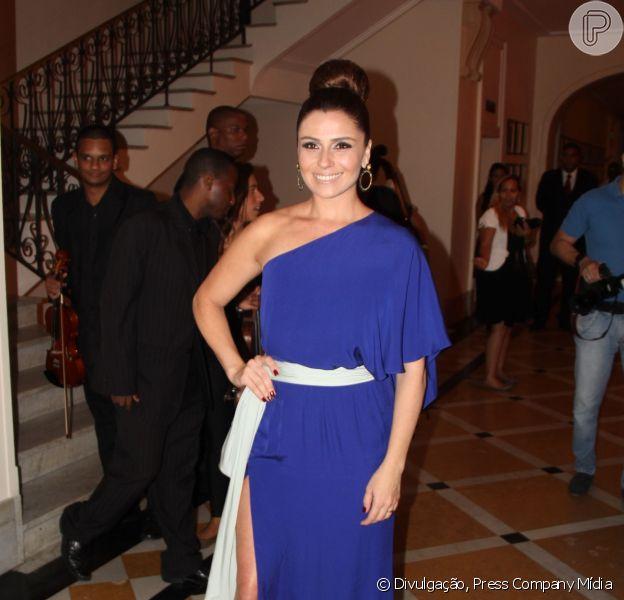 Giovanna Antonelli escolheu um look sensual para receber o prêmio 'Cariocas do Ano' de melhor atriz na noite de terça-feira, 3 de dezembro de 2013