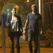 Grávida de 4 meses, Alinne Moraes mostra barriguinha discreta durante passeio