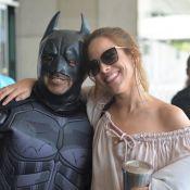 Wanessa Camargo é cercada de fãs e posa com 'Batman' em aeroporto. Fotos!