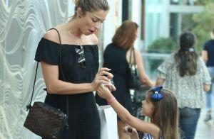 Grazi Massafera e a filha se divertem ao dividir doce em shopping. Fotos!