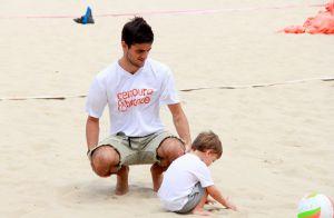 Felipe Simas se diverte com filho, Joaquim, em praia carioca. Veja fotos!