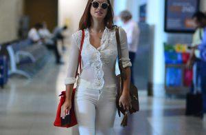 Marina Ruy Barbosa aposta em look all white e posa com fãs em aeroporto. Fotos!