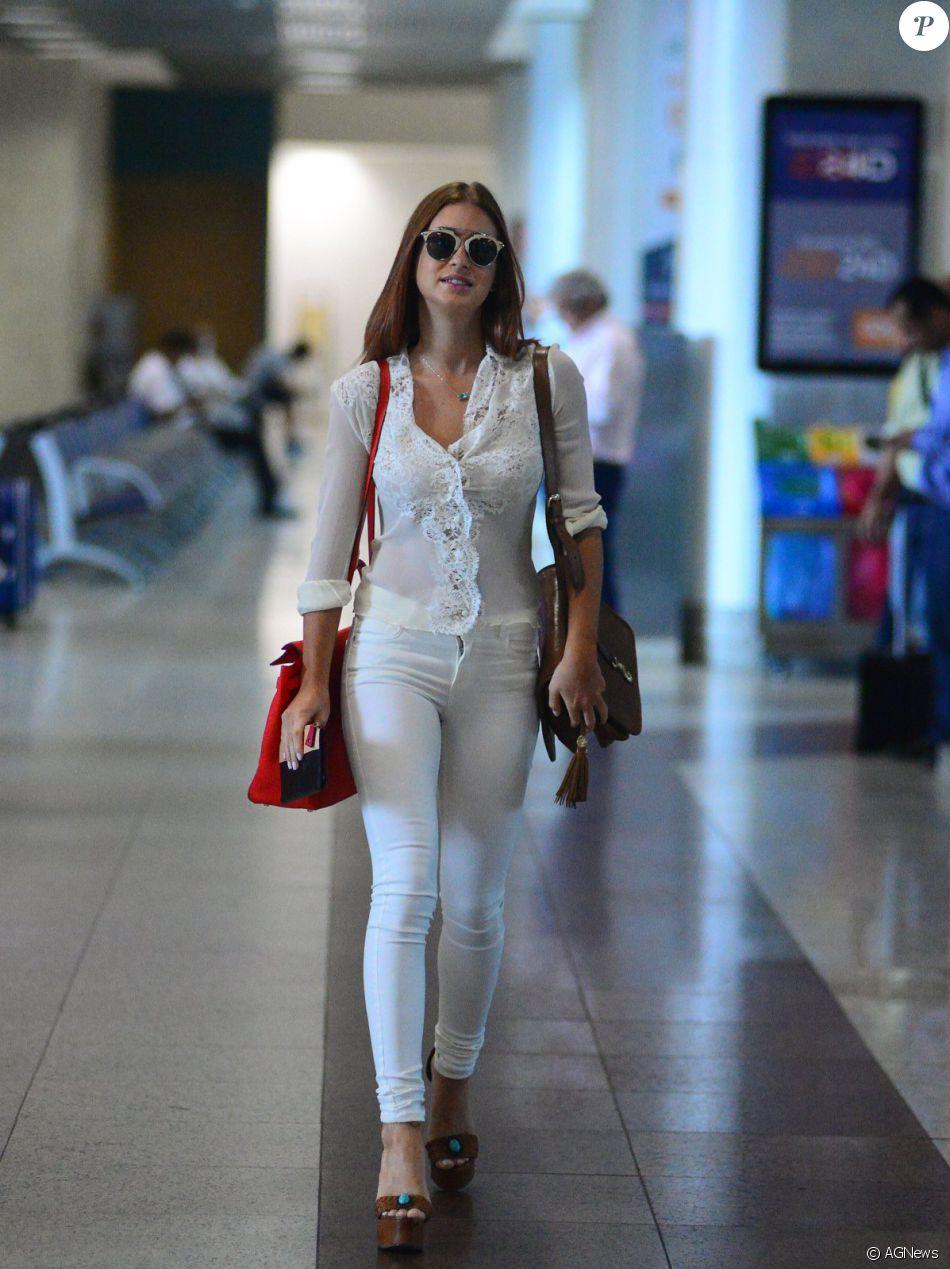 Marina Ruy Barbosa escolheu um look branco ao embarcar no aeroporto Santos Dumont nesta sexta-feira, dia 21 de outubro de 2016