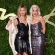 Kate Moss posa ao lado de Rita Ora no evento