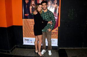 Deborah Secco escolhe look sexy para prestigiar o marido, Hugo Moura, no teatro