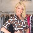 Ana Hickmann usou um vestido fendado para lançar coleção de inverno da sua grife, neste domingo, 23 de outubro de 2016
