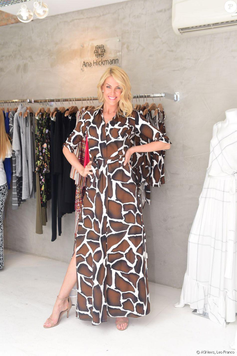8789f1776f293 Ana Hickmann apostou em um vestido com fenda para lançar a coleção inverno  da sua grife