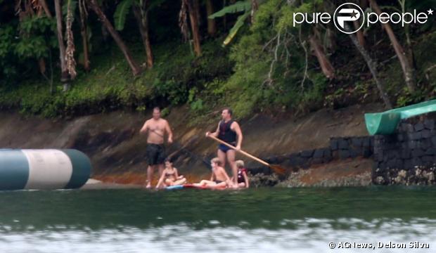 Luciano Huck pratica stand up paddle com os filhos, Joaquim e Benício, em Angra dos Reis, no Rio de Janeiro; flagra foi feito na manhã de 3 de janeiro de 2013