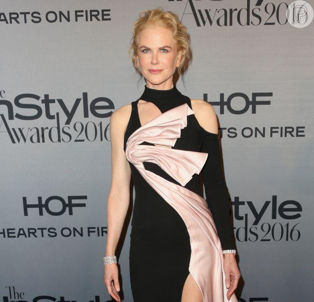 Nicole Kidman deixou as pernas de fora em um vestido Versace com superfenda noInStyle Awards